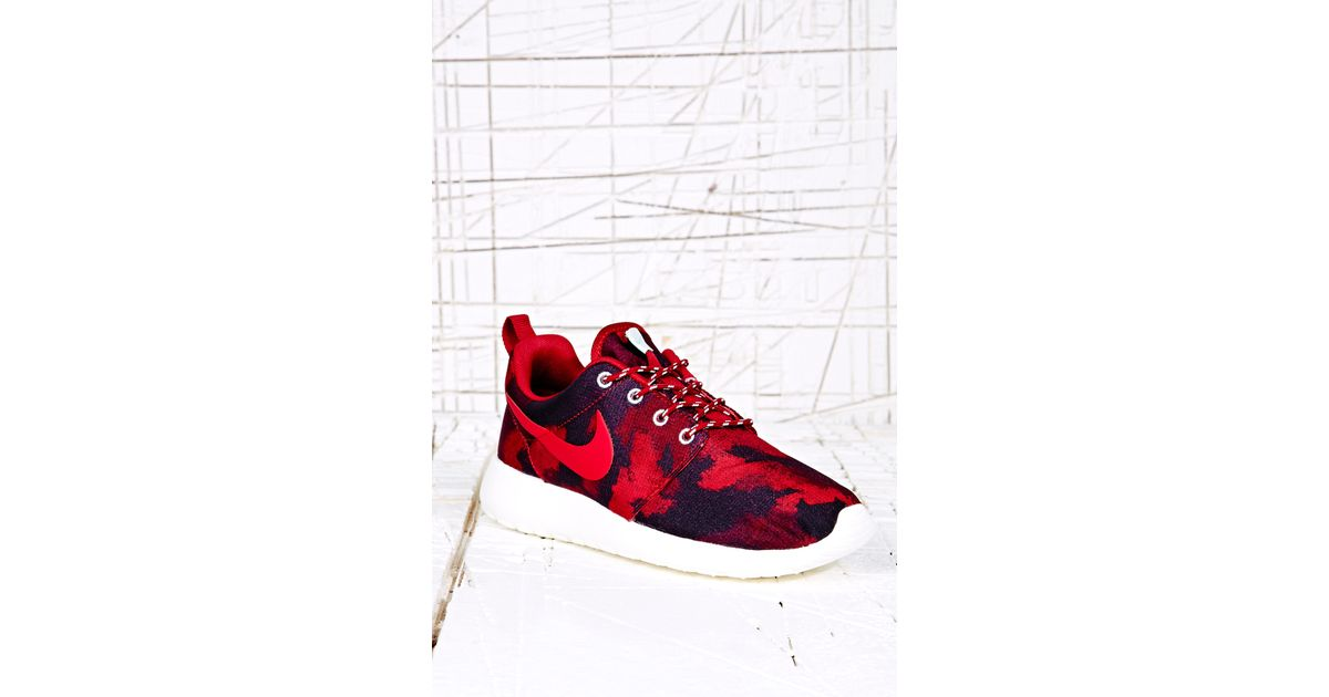 size 40 4cfcb 49e0b Nike Roshe Run Trainers in Red Camo in Red - Lyst