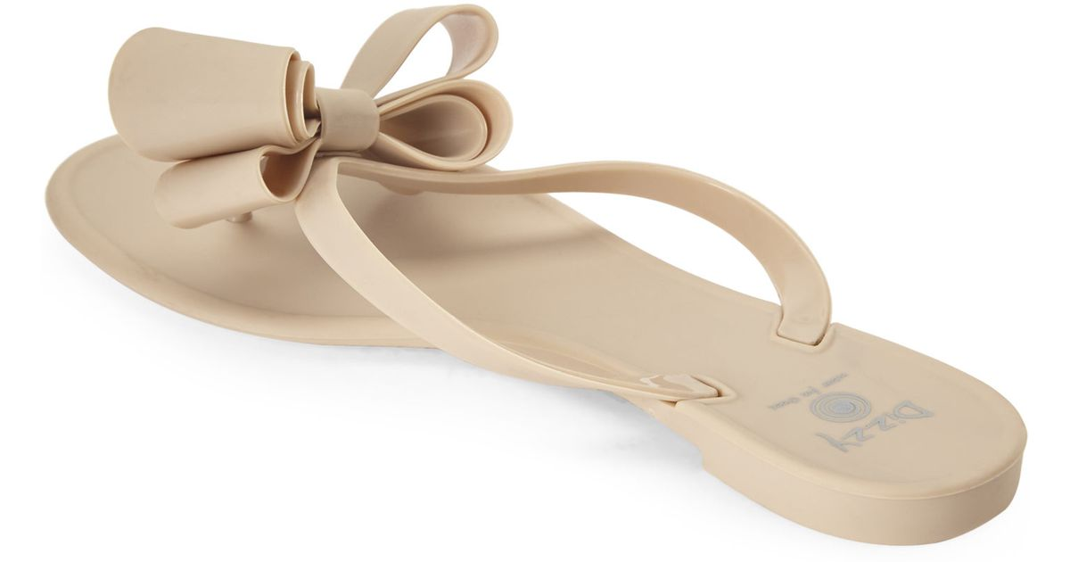 a6e5fbf832fb70 Lyst - Dizzy Matte Bow Thong Sandals in Natural