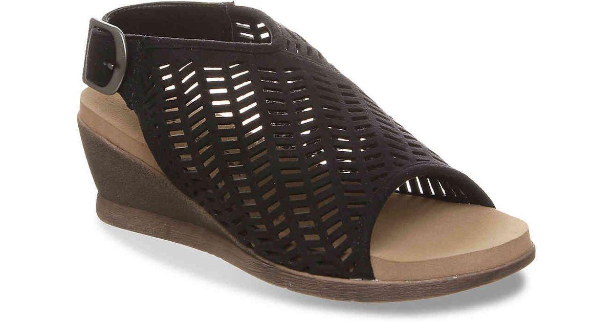 7107c69bf0 BEARPAW Roxie Wedge Sandal in Black - Lyst
