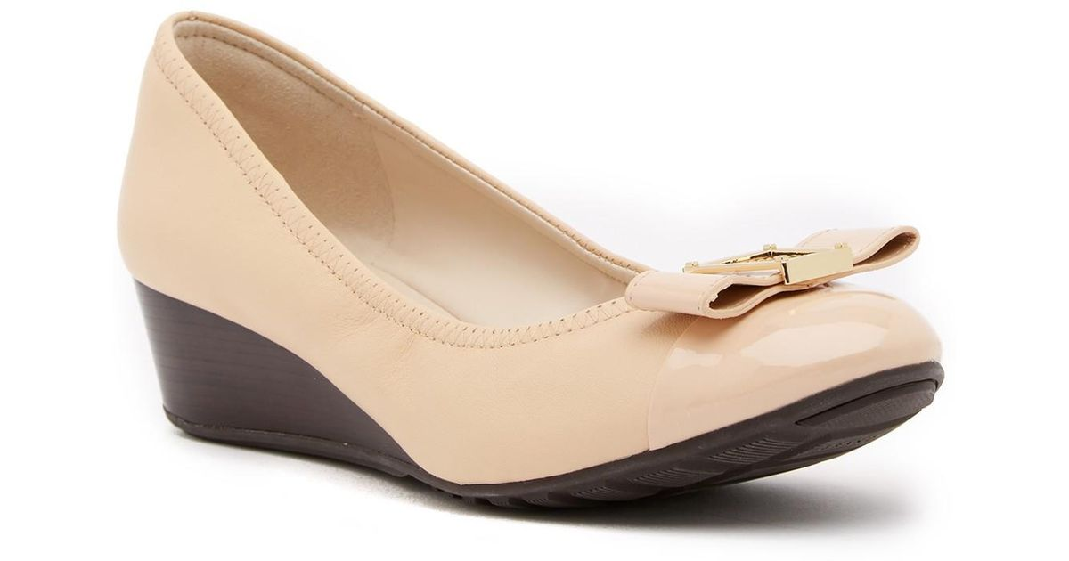 3b6e165471 Cole Haan Emory Bow Leather Wedge Pump in Natural - Save 24% - Lyst
