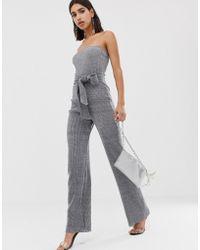 PrettyLittleThing - Trgerloser Glitzer-Jumpsuit in Silber mit weitem Bein und Taillenband - Lyst