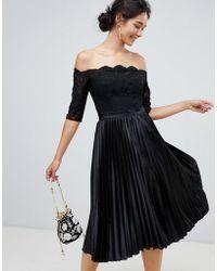 Chi Chi London Midi-jurk Met Kanten Top En Geplooide Jurk Min Zwart
