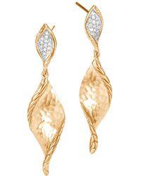 John Hardy - 18k Yellow Gold Classic Chain Wave Hammered Pavé Diamond Earrings - Lyst