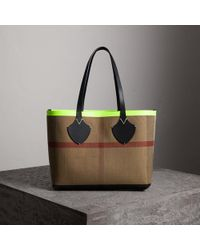 Burberry | The Medium Giant Reversible Tote In Canvas And Leather | Lyst
