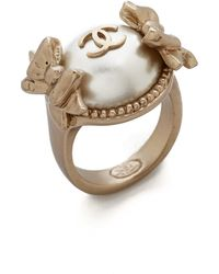 What Goes Around Comes Around Vintage Chanel Pearl Bow Ring - Gold - Lyst