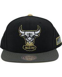 93984ba13ec Lyst - Mitchell   Ness Los Angeles Lakers Logo Gold Tip Snapback ...