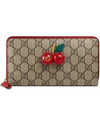 Gucci - Portafoglio con cerniera in tessuto GG Supreme con ciliegie - Lyst aa0b80b6c8da