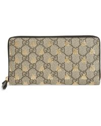 7ef13f67302 Lyst - Gucci Linea Bee Gg Supreme Wrist Wallet in Natural