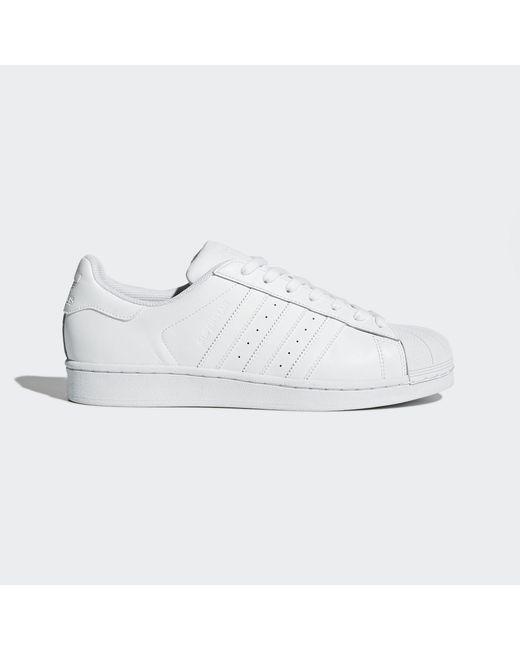 lyst adidas superstar fondazione scarpe bianche per gli uomini.