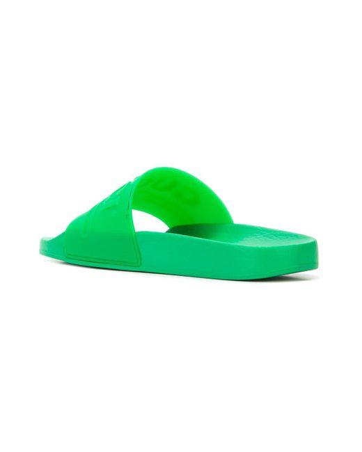 2f75d5f99df108 Lyst - Gucci Pantoletten mit eingeprägtem Logo in Grün - Sparen Sie 1%