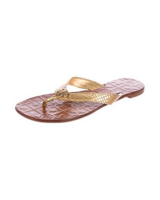 6e873bec33c9 ... Tory Burch - Metallic Thora Thong Sandals - Lyst ...