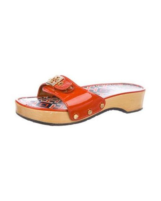 5cc006139ae94 ... Tory Burch - Metallic Patent Leather Slide Sandals Orange - Lyst ...