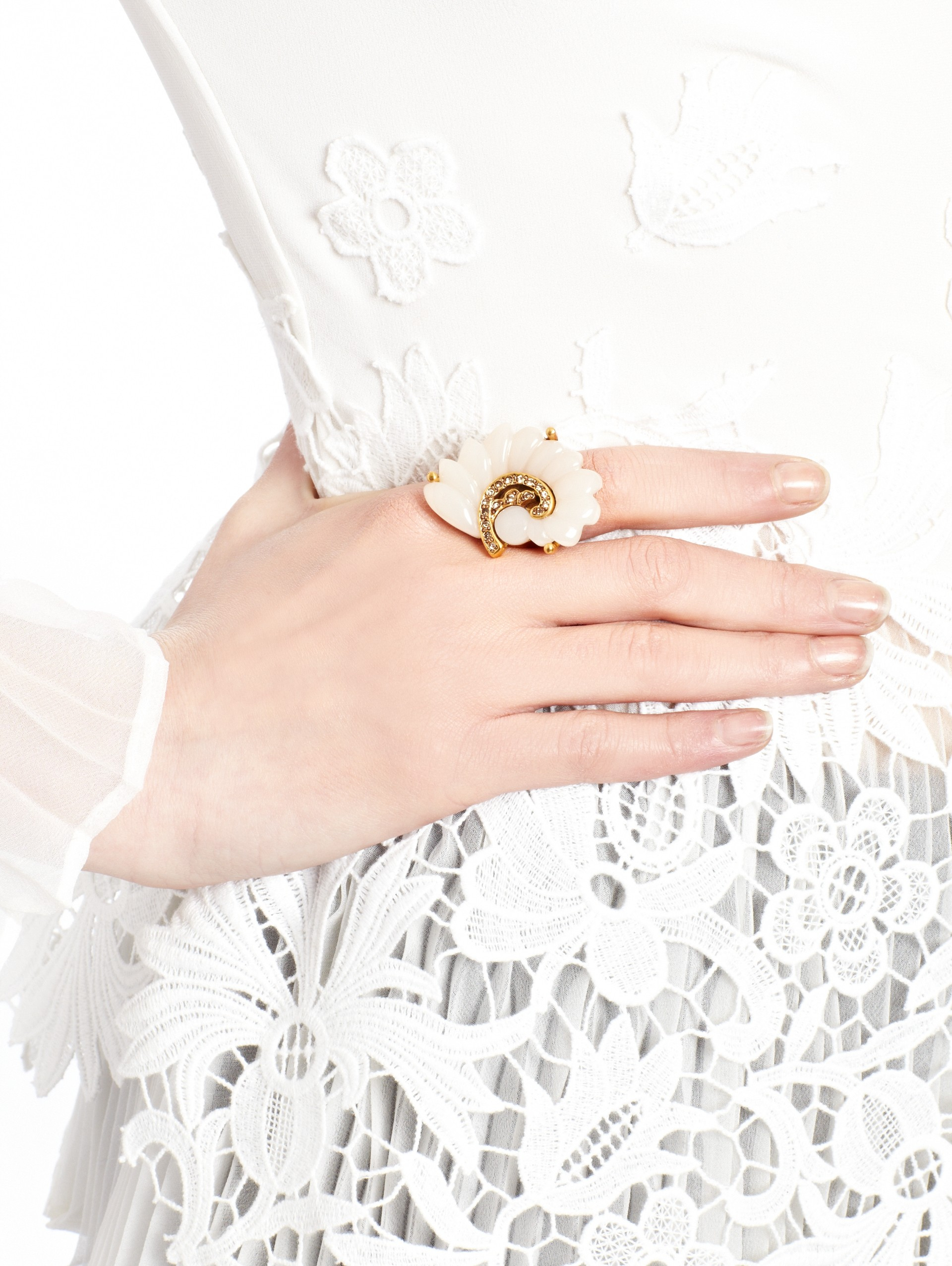 26cafcddface1 Oscar de la Renta Resin Swirl Scalloped Ring in White - Lyst