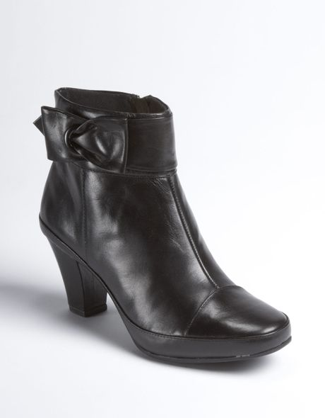 clarks park leather ankle boots in black black