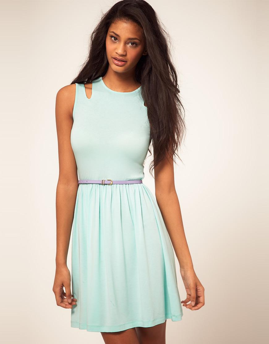 Для моделей нарядных летних шифоновых платьев характерны обнаженность плеч