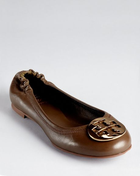 Tory Burch Ballet Flats Reva in Brown (mocha) - Lyst