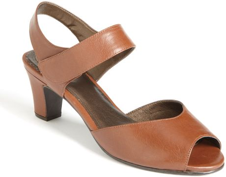 Trotters Camila Sandal in Brown (cognac)