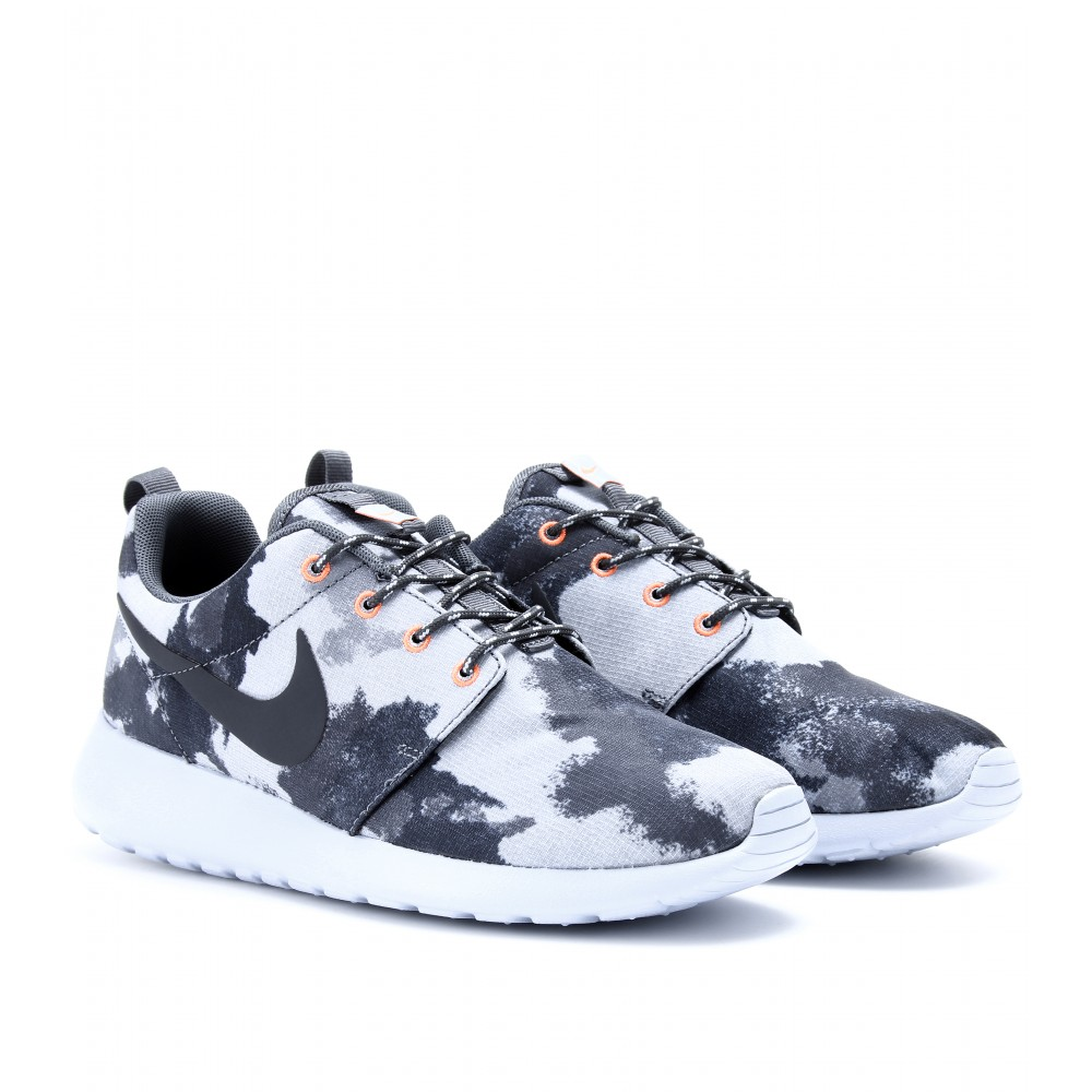 nike roshe run printed sneakers