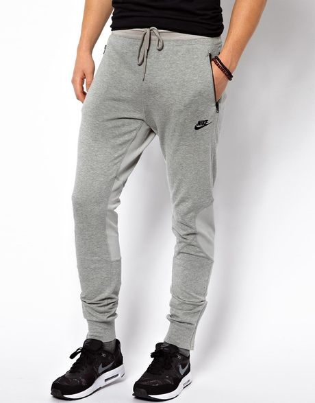Trousers in lightweight sweatshirt fabric with an elasticated drawstring waist, side pockets and ribbed hems. Slim fit.