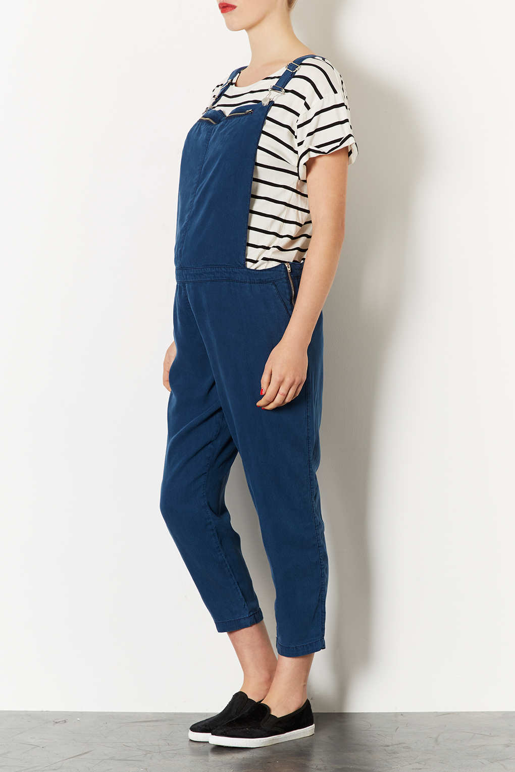 Our Mid Wash Maternity Dungarees are crafted from cotton rich denim with a hint of stretch, designed to offer the perfect fit as your body changes. The skinny-cut leg keeps the look fresh and modern, with pockets to the front and back to flatter.