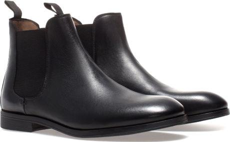 Một đôi chelsea boot cơ bản, mũi tròn, cổ giày có mảnh thun co giãn để dễ mang