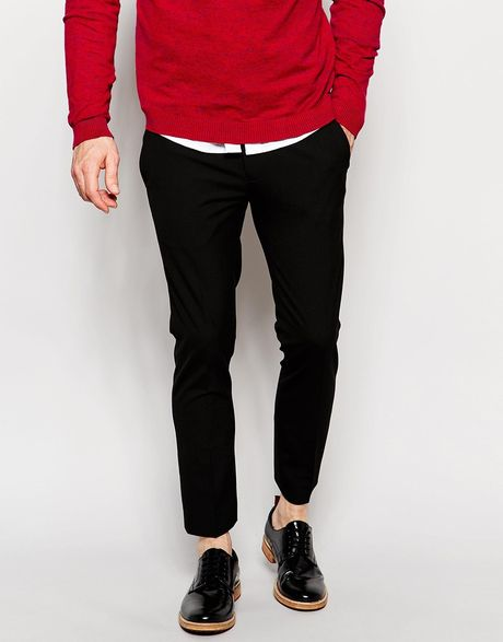 Channel French chic with a pair of cropped trousers. Ankle-grazers in a tapered cut refresh your workwear – rich colours like dark red or forest green will are a little different while being versatile.