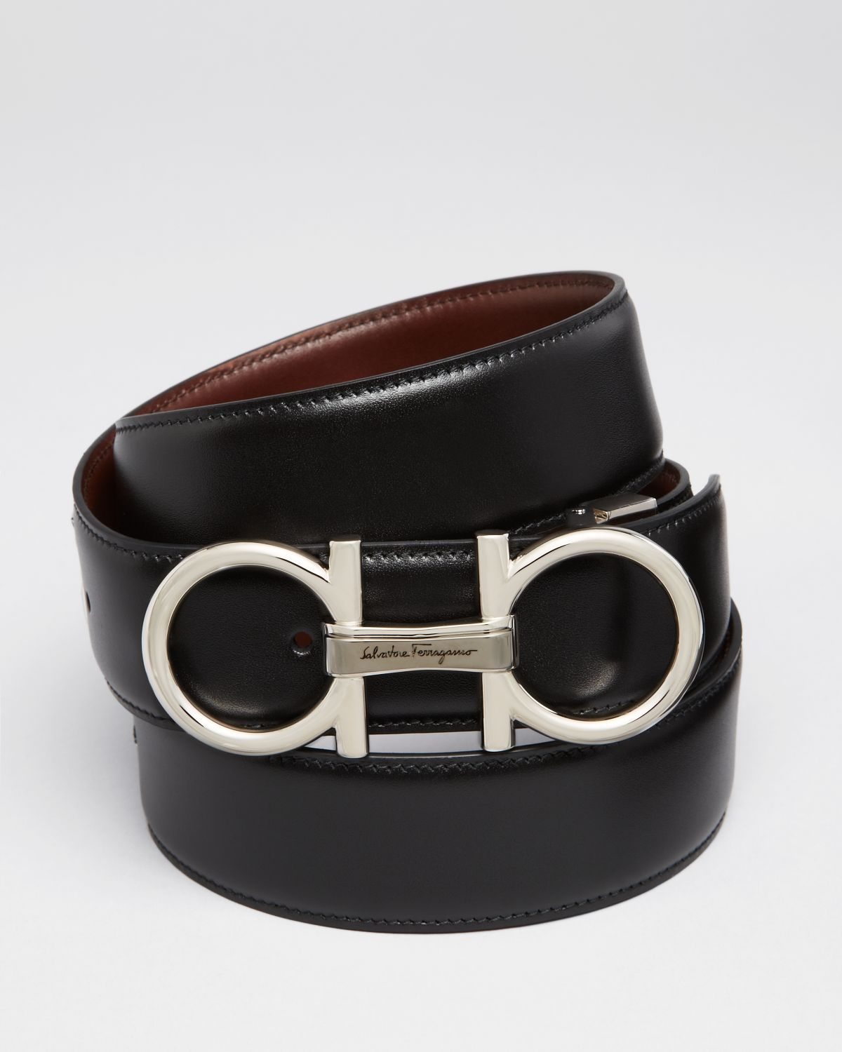 Leather belts are timeless, reliable choices that work with everything from casual jeans to professional suits. Some men's belts feature a single piece of stitched leather, creating a smooth and sleek look. For a bit more texture, consider braided leather belts. These options feature intricately woven pieces of leather.