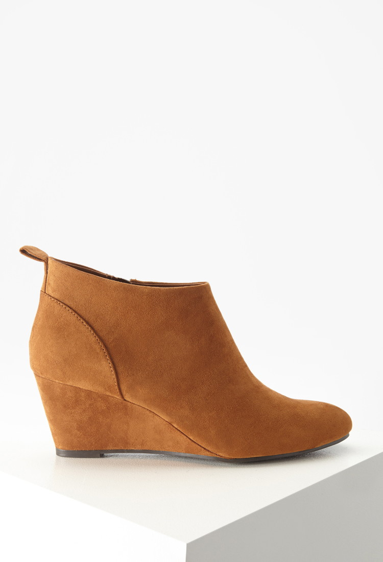 A split shaft with on-trend perforations and whipstitch trim freshens a Western-inspired leather bootie grounded by a low stacked heel. M=standard cripatsur.ga: $