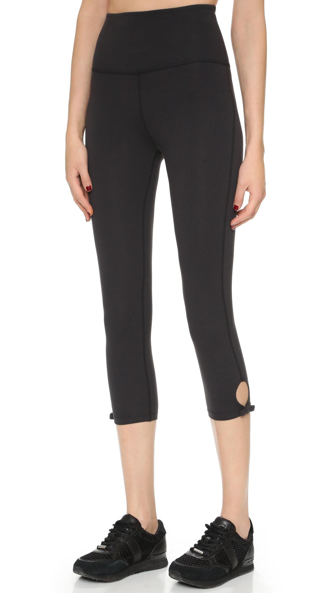 1cfbd56369c53 Beyond Yoga Kate Spade Bow Capri Leggings in Black - Lyst