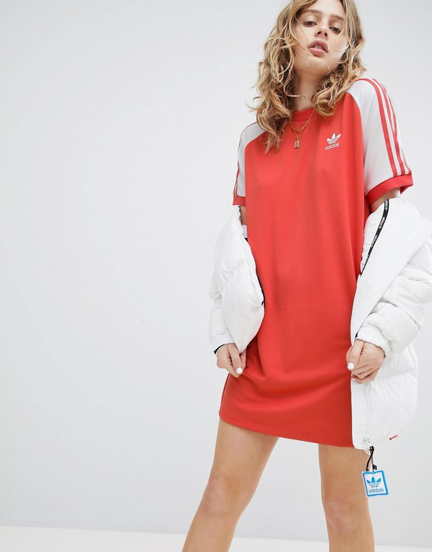 Lyst adidas originali adicolor tre strisce di raglan vestito rosso in rosso