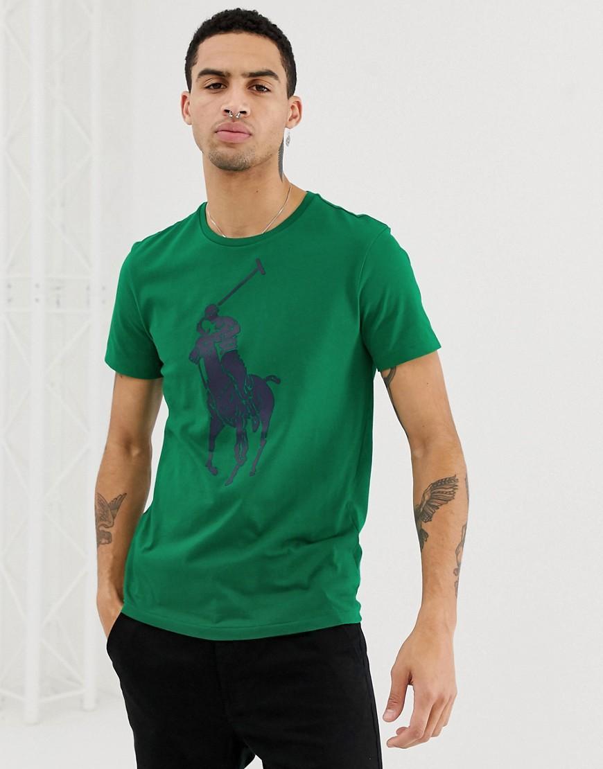 f663cebef0 Camiseta verde con cuello redondo y logo de jugador de polo grande ...