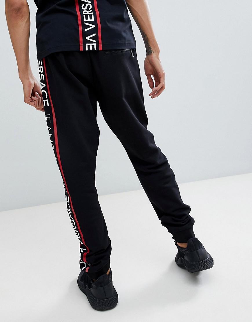 ad925a6faebf Lyst - Pantalon de jogging ajust avec bande sur un ct Versace Jeans pour  homme en coloris Noir