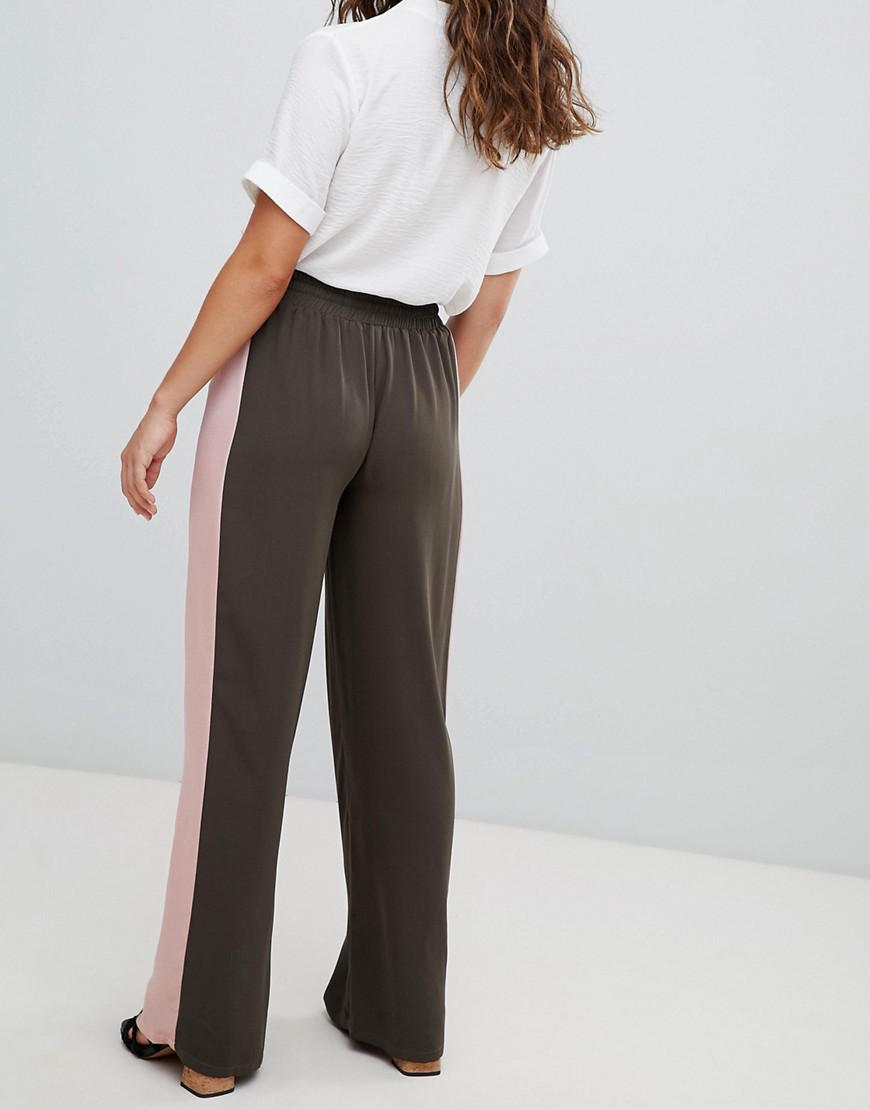 Lyst - Pantalon de jogging habill avec bande en satin sur le ct Glamorous  en coloris Vert cf7e44242f79