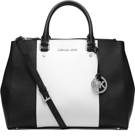 This Michael Kors Hamilton is a spacious bag with a structured design. The exterior combines black and white S affiano leather with silver hardware. The bag features a decorative MK lock on the front.
