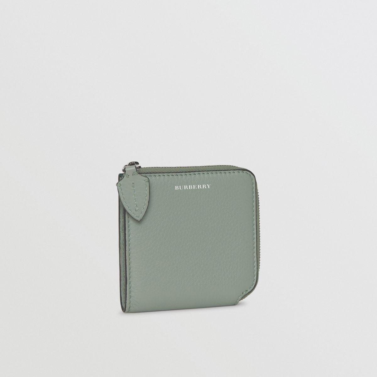 d97832dd27459 Burberry Quadratische Brieftasche aus genarbtem Leder mit ...