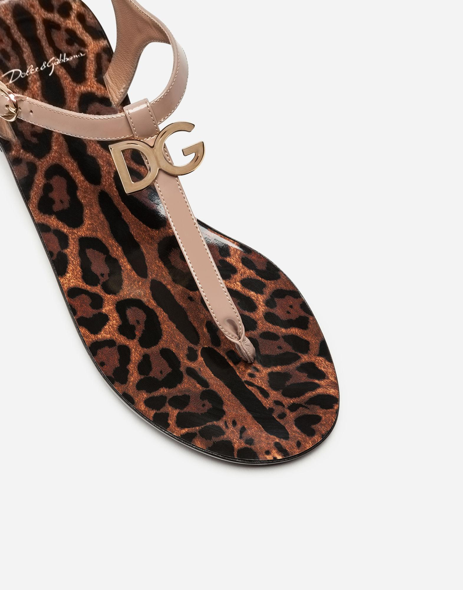 b2b23f5afb35 Lyst - Dolce   Gabbana Patent Thong Sandals With Logo in Pink