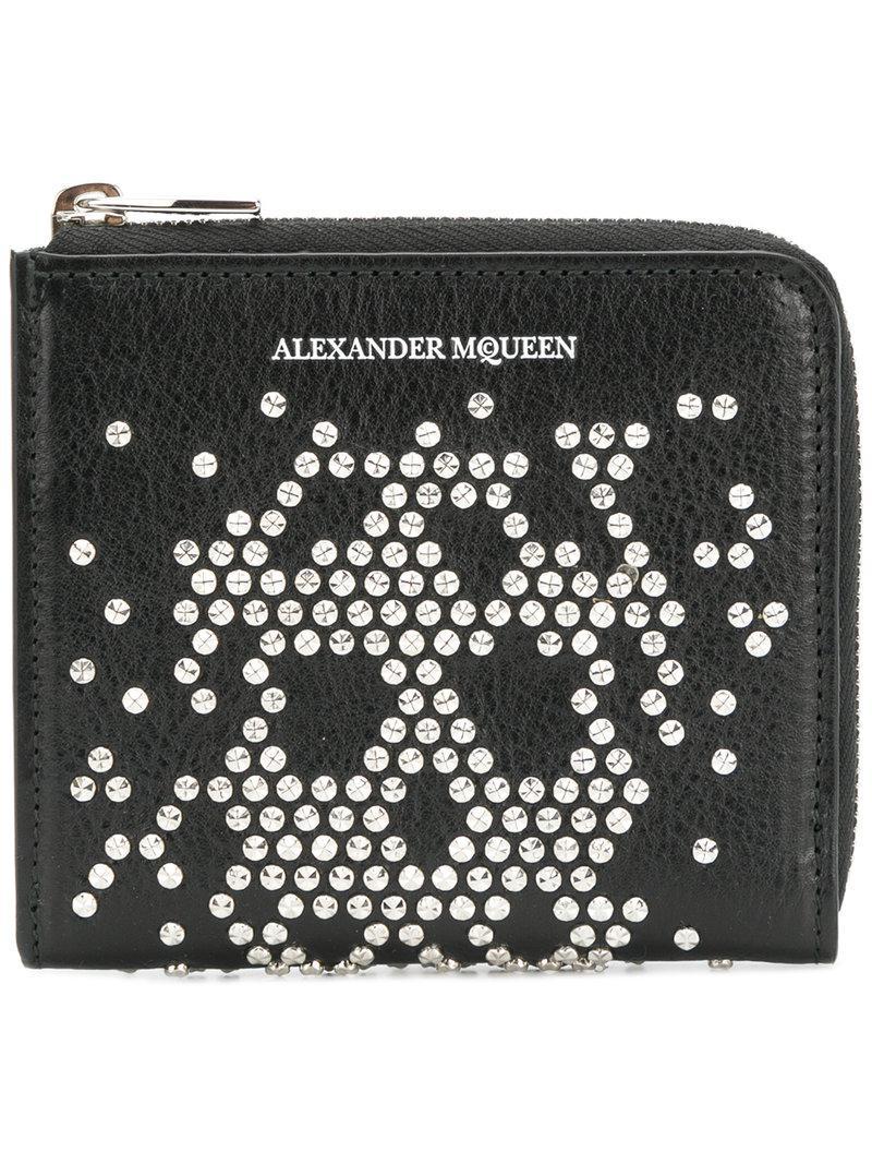 Lyst - Portefeuille à tête de mort cloutée Alexander Mcqueen pour ... ff7b3a8fd7d