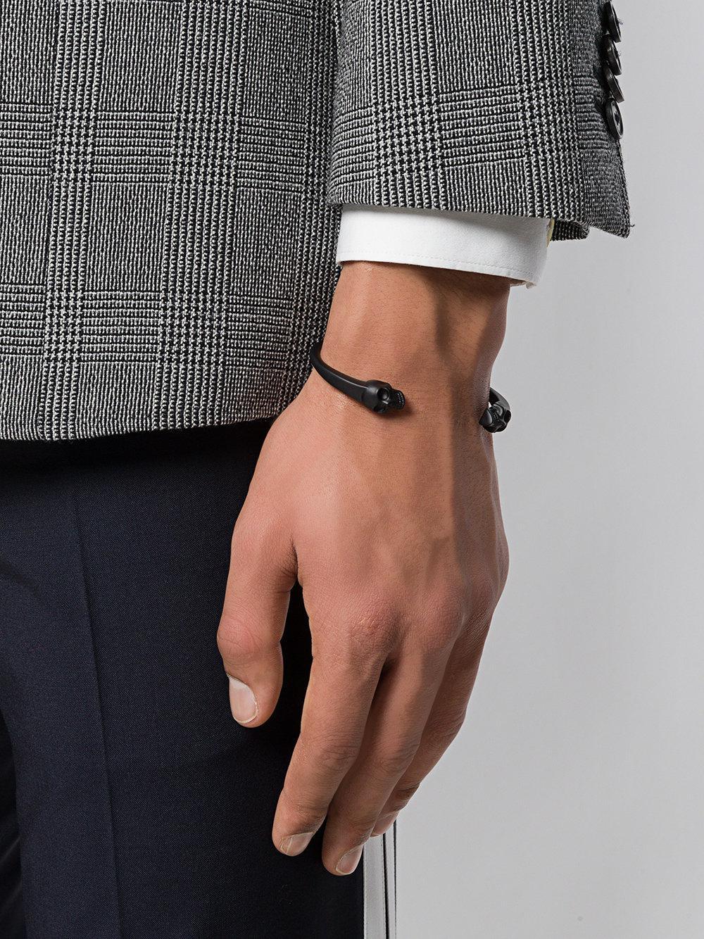 Alexander McQueen - Black Bracelet torque à têtes de mort for Men - Lyst.  Afficher en plein écran a9895819f38