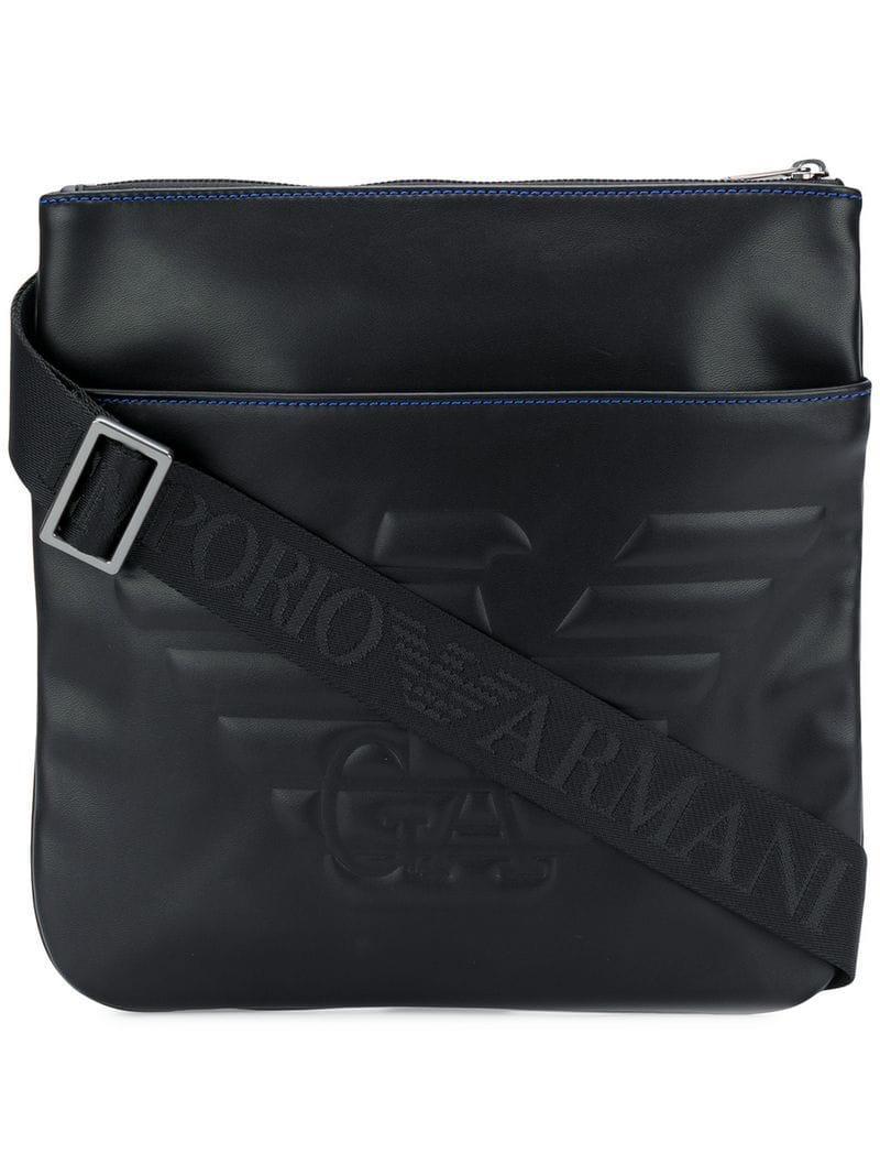 93156aaa5 Emporio Armani. Bolso messenger con logo en relieve de hombre de color negro