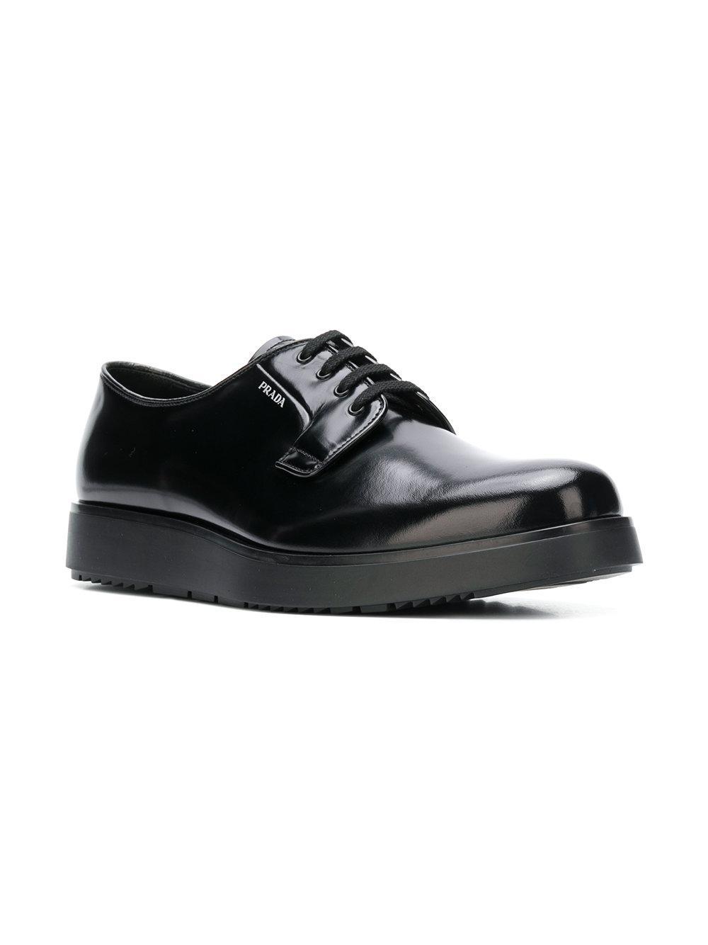 42643eee49ee96 Derbies à semelle compensée Prada pour homme en coloris Noir - Lyst