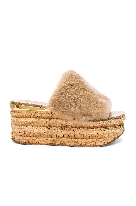 Chloé Sheep Fur Camille Wedge Sandals in Neutrals. NpeFdVfRTn