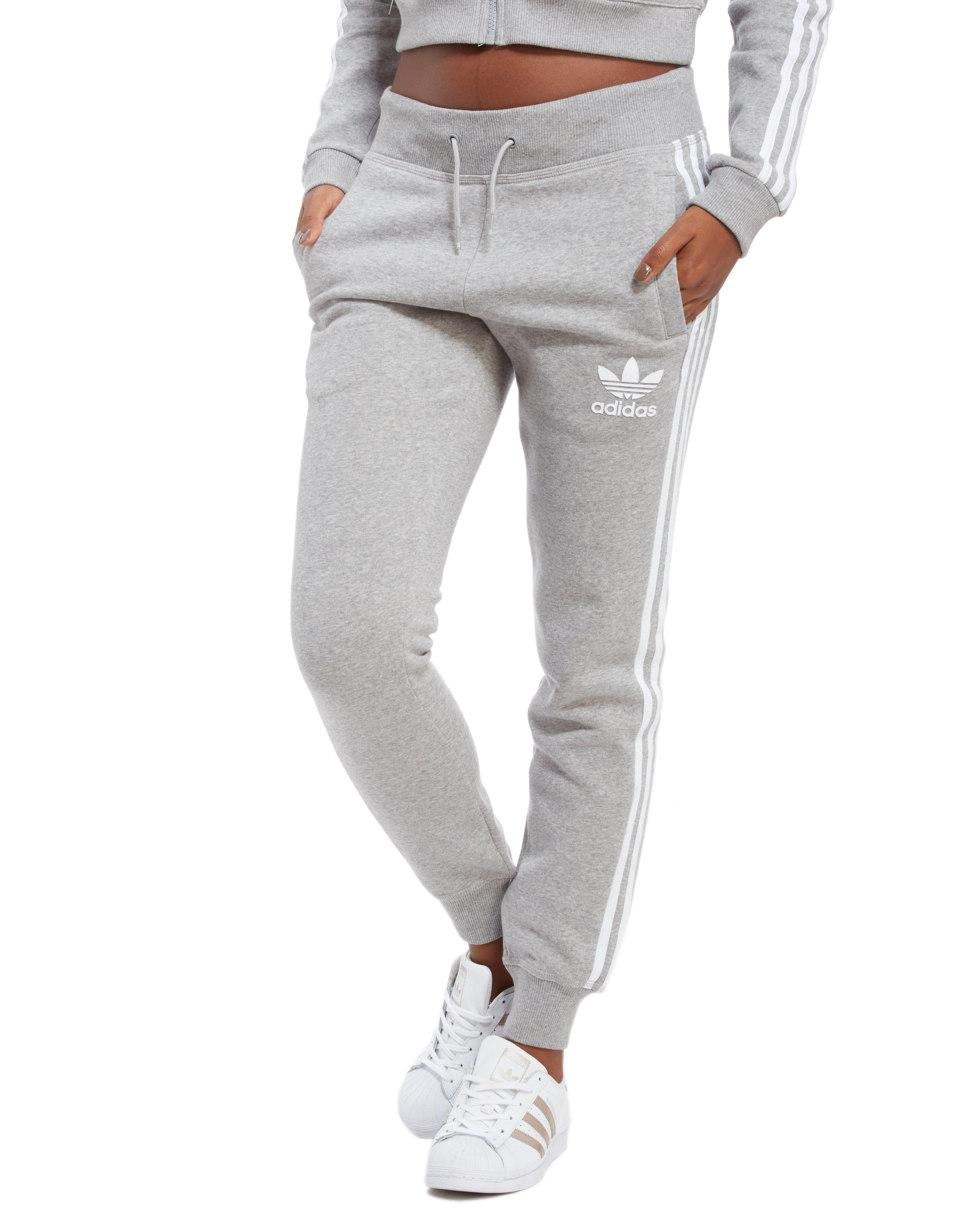 lyst adidas originali california pantaloni della tuta in grigio.