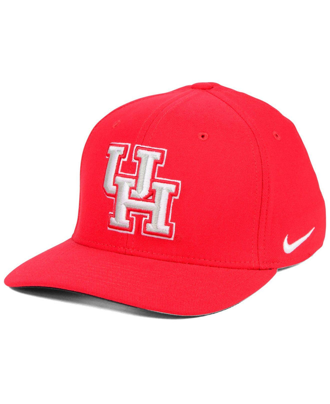 super popular e8b77 5170e Nike. Men s Red Houston Cougars Classic Swoosh Stretch Fitted Cap