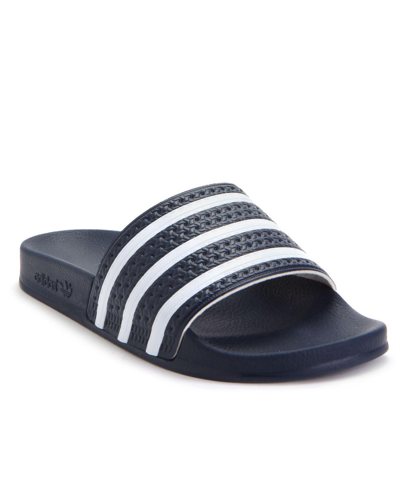 lyst adidas uomini adilette slide sandali dal traguardo in blu