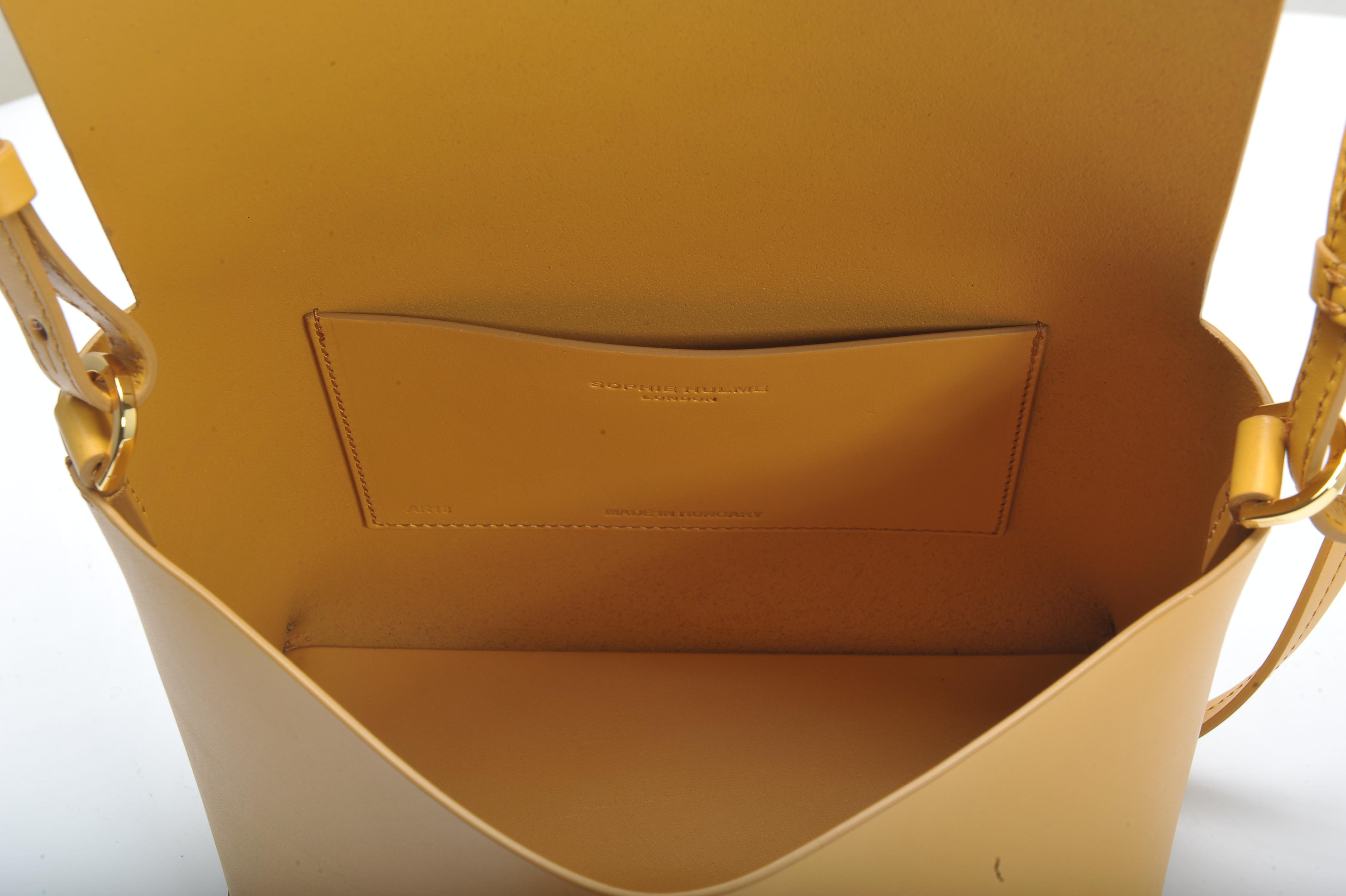 The Pinch Crossbody Bag in Dark Butter Cowhide Leather Sophie Hulme 2NgL0AIT53