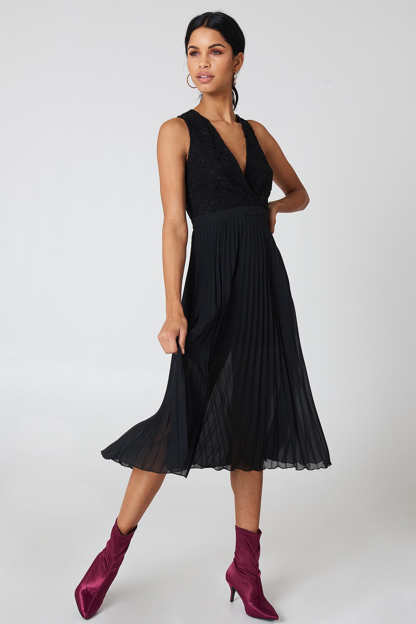 919620de57815 NA-KD Deep Neck Pleated Dress Black in Black - Lyst