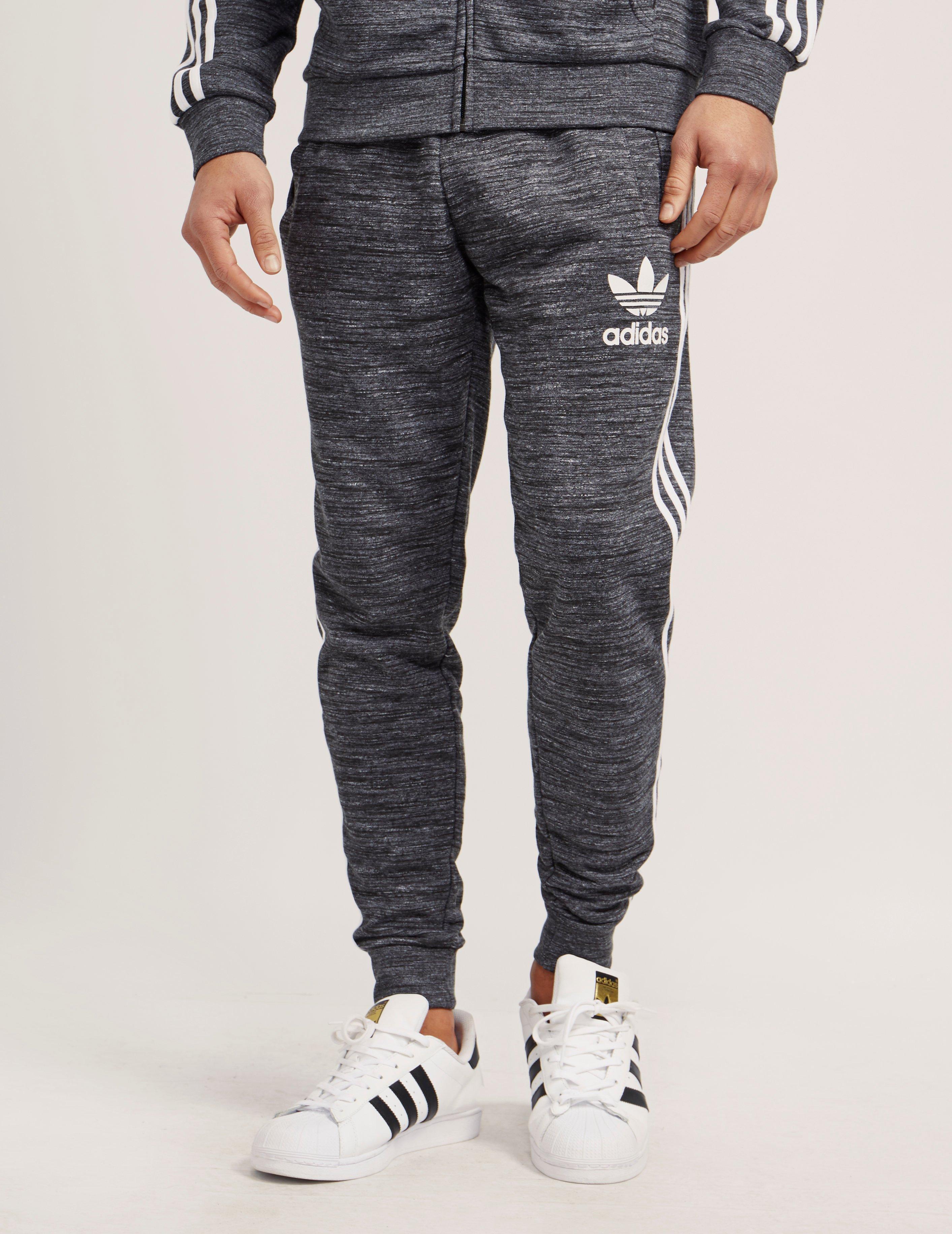 lyst adidas originali california - pantaloni della tuta in grigio per gli uomini.