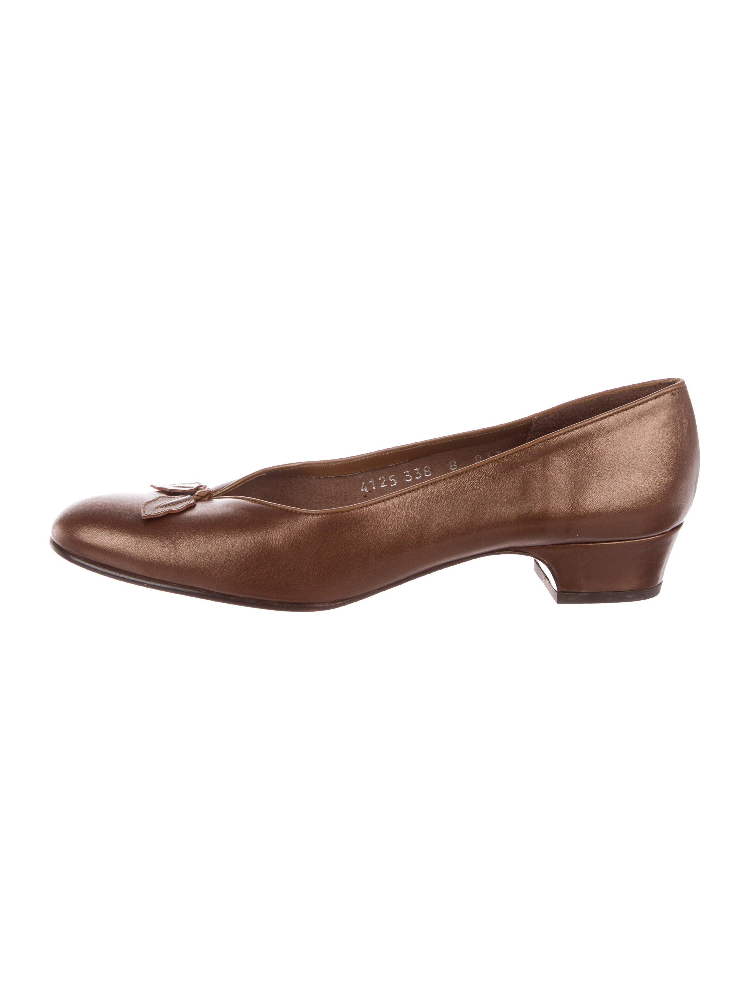 Salvatore Ferragamo Leather Leaf-Accented Pumps Cheapest for sale many kinds of online from china online real cheap online UaJDuyP